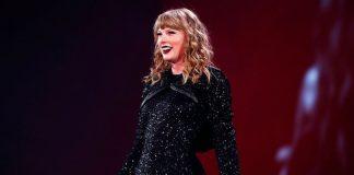 Taylor Swift a Prova di Pioggia - Si Toglie le Ciglia Finte Durante il Concerto.
