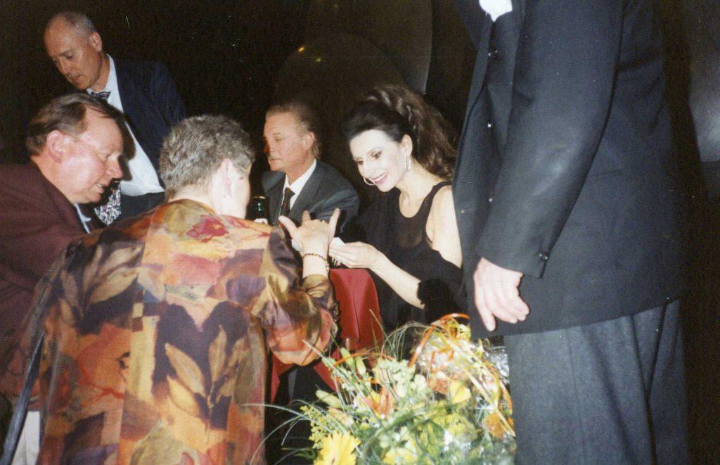 Lucia Aliberti e Alfredo Kraus con i fans alla Deutsche Oper di Berlino durante gli autografi