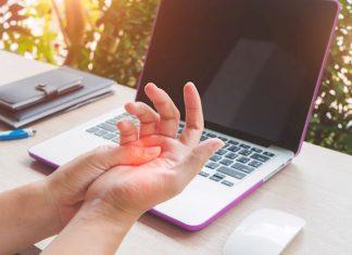 mano dolorante davanti il computer per sindrome tunnel carpale